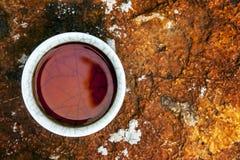 Koppen f?r svart te stenar bakgrund inget royaltyfri bild