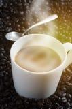 Koppen kaffe kärnar ur på av kaffe Royaltyfria Bilder