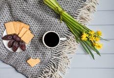 Koppen kaffe ljusbruna kakor för smällaren, datum bär frukt, och påskliljan blommar Bästa sikt, lekmanna- lägenhet Royaltyfria Foton