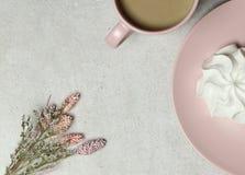 Koppen kaffe, marshmallow, bukett av vita blommor på granittexturen fotografering för bildbyråer