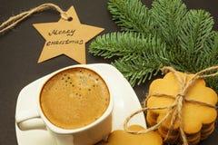 Koppen kaffe med mjölkar crema- och ingefärakakor, jultemat, bästa sikt royaltyfri fotografi