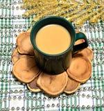 Koppen kaffe med mjölkar på en sörjaställning Arkivbild