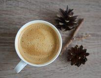 Koppen kaffe och brunt sörjer kottar Fotografering för Bildbyråer