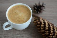 Koppen kaffe och brunt sörjer kotten Royaltyfri Bild