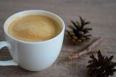 Koppen kaffe och brunt sörjer kotten Arkivbild