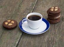 Koppen kaffe på en gammal tabell dekorerade med kakor Royaltyfri Foto
