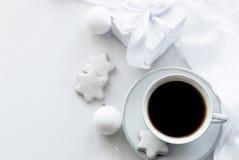 Koppen med kaffe, den vita gåvaasken, kakor och jul klumpa ihop sig, högt Royaltyfria Bilder