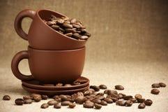 Koppen met koffiebonen Stock Foto
