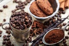 Koppen met koffiebonen Stock Afbeeldingen