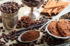 Koppen met koffiebonen Stock Fotografie