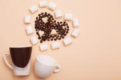 koppen met koffiebonen binnen in de vorm van een hart Stock Fotografie