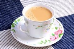 koppen mjölkar tea Arkivbild