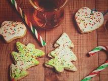 Koppen rånar av te, pepparkaka i form av en julgran och Royaltyfria Bilder