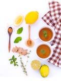 Koppen van aftreksel met aromatische kruiden met citroen Royalty-vrije Stock Afbeelding