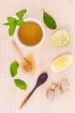 Koppen van aftreksel met aromatische kruiden met citroen Royalty-vrije Stock Foto's