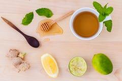 Koppen van aftreksel met aromatische kruiden met citroen Royalty-vrije Stock Foto