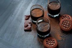 Koppen van het chocoladedessert en de bestrooide chocoladekoekjes Stock Afbeelding