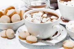 koppen van hete chocolade met heemst op witte achtergrond Stock Foto's