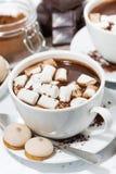 koppen van hete chocolade met heemst, verticale hoogste mening Royalty-vrije Stock Afbeelding