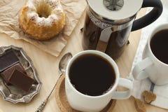 Koppen van koffie en cake op dienblad Royalty-vrije Stock Foto