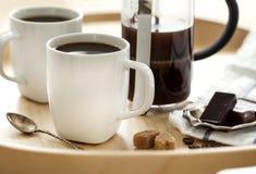 Koppen van koffie en chocolade op dienblad Royalty-vrije Stock Foto