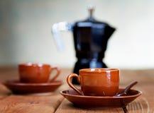 Koppen van koffie en een koffiepot Stock Foto