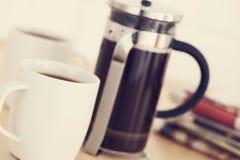 Koppen van koffie en krant op lijst Stock Fotografie
