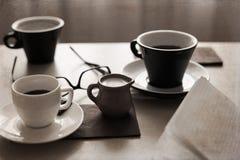 Koppen van koffie, glazen, melk Royalty-vrije Stock Afbeeldingen