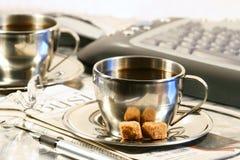 Koppen van koffie klaar voor onderbreking Stock Foto's