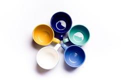 Koppen van koffie, melk, sap, cappuccino Geïsoleerd op een witte achtergrond Kleurrijke Koppen Glazen in een cirkel worden geplaa Stock Afbeeldingen