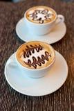 Koppen van koffie met boompatroon in een witte kop Royalty-vrije Stock Afbeeldingen