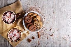 Koppen van koffie met heemst en koekjes op een lijstachtergrond Chocoladegebakje De ruimte van het exemplaar royalty-vrije stock fotografie