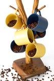 Koppen van koffie met koffiebonen worden gevuld op een tribune die Royalty-vrije Stock Afbeelding