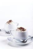 Koppen van koffie met slagroom en chocolade zijaanzicht Stock Foto's