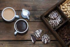 Koppen van koffie op donkere houten achtergrond Stock Foto's
