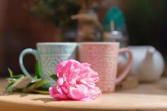 Koppen van koffie op lijst in koffie Stock Afbeelding