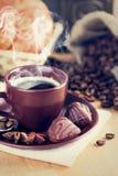 Koppkaffe med chokladgodisar Arkivfoton