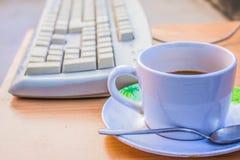 Koppkaffe och tangentbord Royaltyfri Fotografi