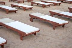 Koppla av bäddar ned knipan i sanden En plan struktur fyllde med väl till mods tyg som tilldrar turisten för kroppmassage Wellnes arkivfoton