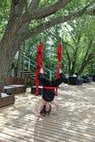 Koppla av för akrobat för kvinnlig flyg- Royaltyfria Foton