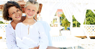 Koppla av för familj för lyxig semesterort lyckligt Royaltyfria Foton
