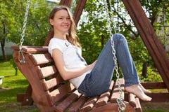 koppla av för flicka som är tonårs- royaltyfria bilder