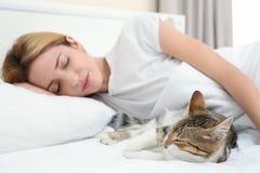 Koppla av för gullig katt och för ung kvinna fotografering för bildbyråer