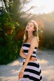 Koppla av för kvinna för skönhet för Spa wellnessstrand och solbadning på stranden Härlig fridfull och fridsam ung kvinnlig model arkivbild
