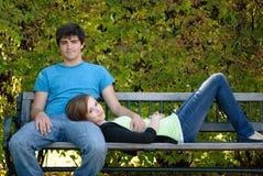 koppla av för par som är tonårs- Arkivbilder
