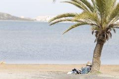 koppla av för strandflicka royaltyfri fotografi
