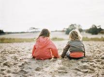 Koppla av för systrar Fotografering för Bildbyråer