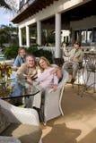 koppla av för uteplats för familj utomhus- royaltyfri bild