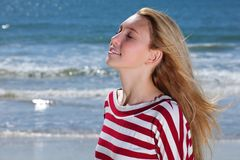 koppla av för strandflicka Arkivfoton