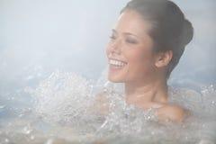 Koppla av i bubbelpool Arkivbilder